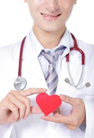 estetoscopio corazon: m�dico sosteniendo un coraz�n rojo del amor, concepto de cuidado de la salud, las personas asi�ticas