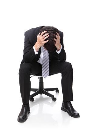 estr�s: Hombre de negocios frustrado est� sentado en la silla, de cuerpo entero, aislado en fondo blanco, gente asi�tica