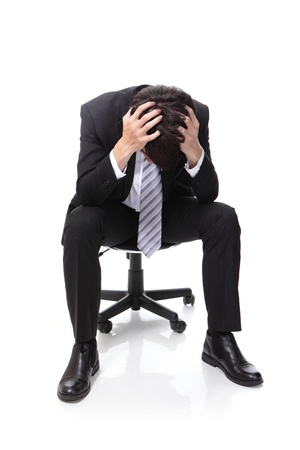 iş adamı: Sinirli iş adamı, beyaz arka plan, Asya insanlar üzerinde izole, tam uzunlukta, sandalyede oturuyor