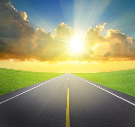 carretera: amanecer con camino asfaltado y la hierba verde, por su gran dise�o y el concepto