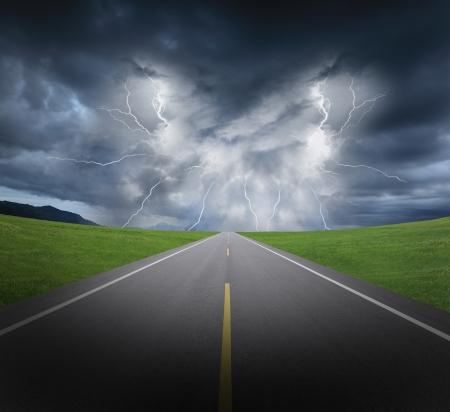 rayo electrico: nubes temporal de lluvia y los relámpagos con la carretera de asfalto y hierba, Foto de archivo