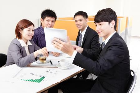 laptop asian: Reuni�n del grupo de personas de negocios y el uso de pantalla t�ctil en la oficina, la gente asi�tica Foto de archivo