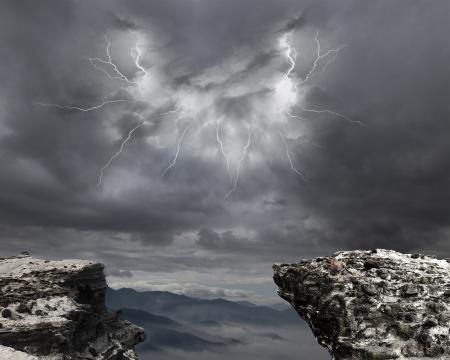 폭풍우 구름과 번개 산에 위험 절벽