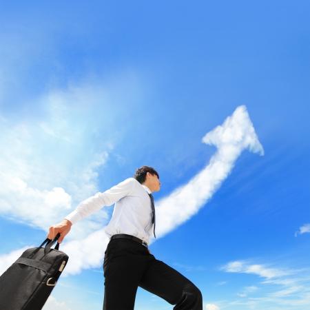 幸せ成功するビジネス人実行矢印クラウドと背景には、アジアの人々 の空