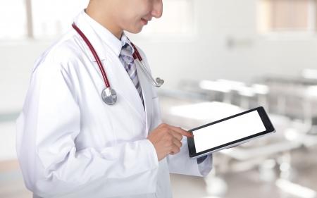 digitální: Lékař ukazuje prázdné Tablet PC v nemocnici, asian model