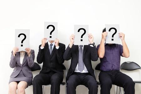 人的資源概念、疑問符の付いた白看板を保持し、仕事を待っている若いビジネスマン、インタビュー、アジア人