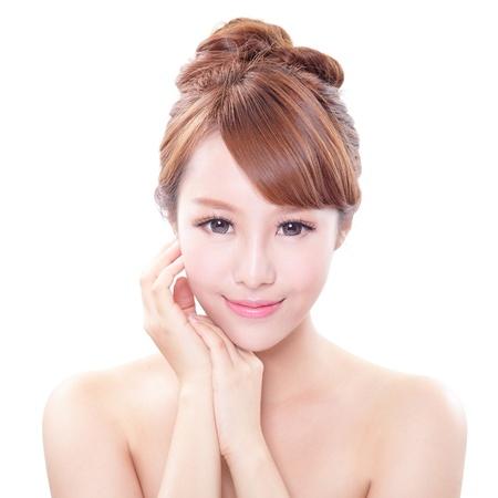 portret van de vrouw met schoonheid gezicht en perfecte huid geïsoleerd op witte achtergrond, Aziatische model Stockfoto