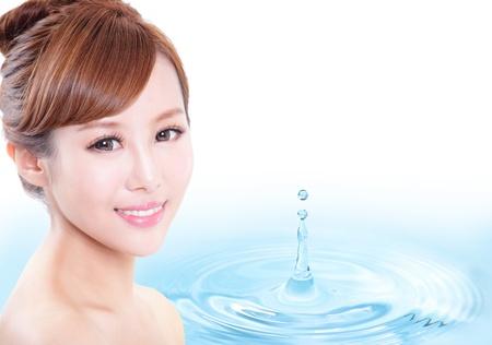 cute: Cura della pelle volto di donna con il sorriso, acqua goccia fondo, il concetto di estetica, igiene bellezza, trucco, idratare, modello asiatico � una bellezza