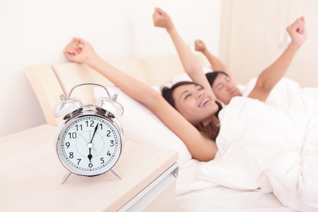 enamorados en la cama: Pareja feliz despertar en la cama y sonriendo brazos levantar en la ma�ana, los amantes asi�ticos