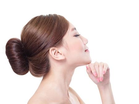 Mooie vrouw verzorgt de huid, die zich voordeed op studio geïsoleerd op een witte achtergrond, Aziatische schoonheid model