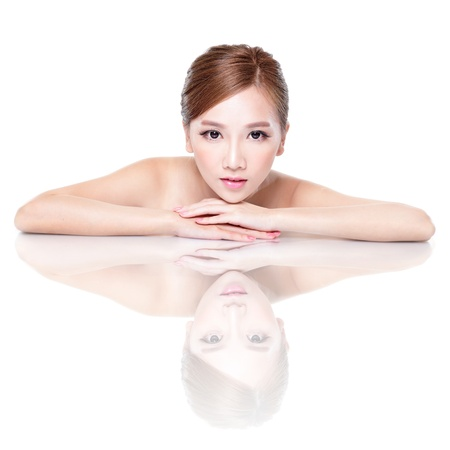 ojos hermosos: Cuidado de la piel Cara hermosa belleza mujer acostada con espejo reflexión aislada sobre fondo blanco. modelo de belleza asiática Foto de archivo