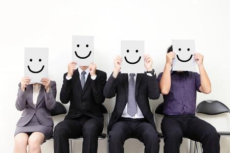 entrevista: Concepto de recursos humanos, hombre de negocios joven que sostiene el cartel blanco con una cara feliz sonrisa en ella y esperando la entrevista de trabajo, las personas asiáticas Foto de archivo