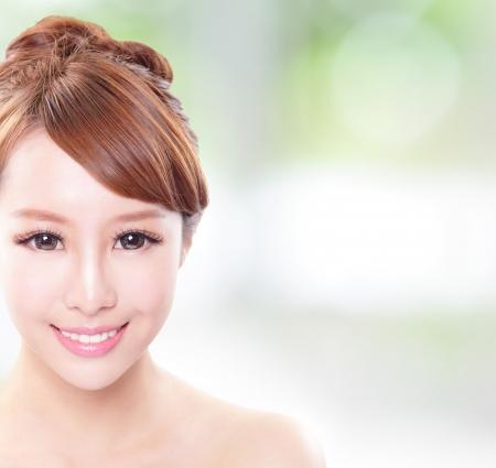 cute: Ritratto di donna con il volto e la bellezza della pelle e la salute perfetta denti isolati su sfondo verde, con copia spazio a immagine, modello asiatico