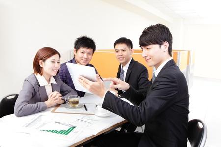 reunion de trabajo: Reuni�n del grupo de personas de negocios y el uso de pantalla t�ctil en la oficina, la gente asi�tica Foto de archivo