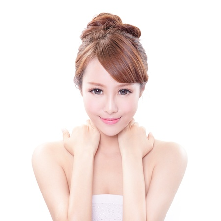 the neck: bellezza ritratto di una giovane donna con la mano sulla sua spalla isolato su sfondo bianco, il concetto di salute, modello di bellezza asiatico