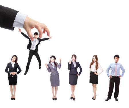 recurso: Conceito de Recursos Humanos: a escolha do candidato perfeito (homem de negócios) para o trabalho, modelo são povos asiáticos