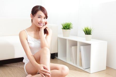 pies sexis: Hermosa cuidado de la piel joven feliz mano toca su piel de la cara en el hogar, belleza asi�tica