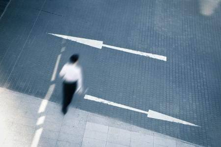 change concept: Hombre de negocios joven que camina con dos flechas, concepto de negocio