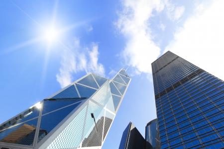 Edificios modernos del asunto con el sol y el cielo, un disparo en hong kong, asia