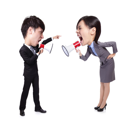 grosse tete: Homme d'affaires et femme crier � l'autre � travers un m�gaphone isol� sur fond blanc, asiatique grandes personnes de la t�te