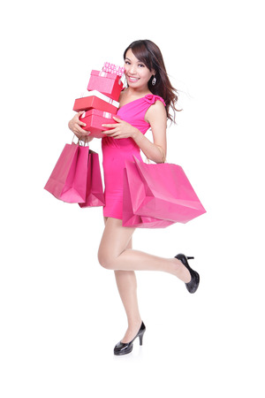vzrušený: šťastná nakupování mladá žena spuštěn s kufry a dárkové krabici - samostatný na bílém pozadí, plné tělo, asian model