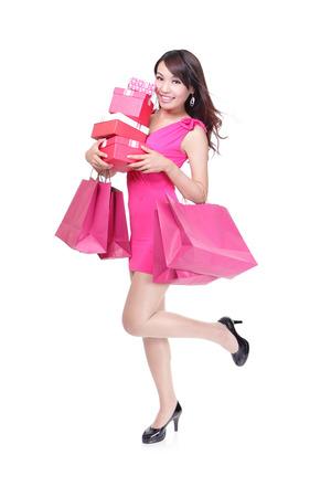 mujer elegante: felices compras mujer joven corriendo con bolsas y caja de regalo - aislados en fondo blanco, cuerpo, modelo asi�tico completa Foto de archivo