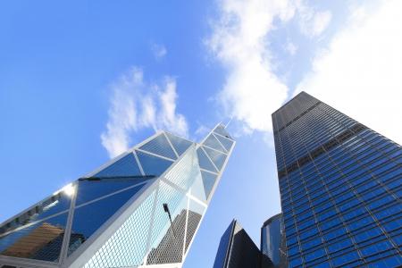 rascacielos: Edificios de oficinas moderno con el cielo azul, dispararon en hong kong, asia