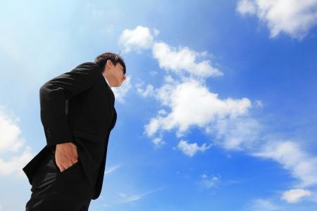 proposito: Exitoso hombre de negocios hermoso propósito que buscan acabar con el cielo azul, el modo es un varón asiático