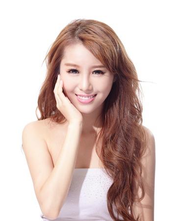 hot asian: Красивая женщина лицо на белом фоне, концепция для ухода за кожей и крем от загара, азиатской красоты