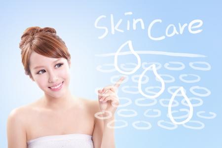 美しさ若い女性のスキンケアを示す概念は、アジアの美しさに潤いを与えると