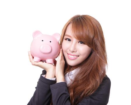 cuenta bancaria: Mujer Ahorros sonriendo feliz y explotaci�n alcanc�a de color rosa aisladas en blanco. Chica asi�tica Foto de archivo