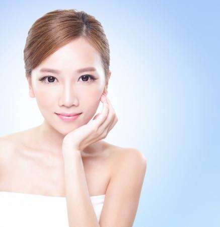 가까운 파란색 배경, 아시아의 아름다움 매력적인 여자 얼굴의 업