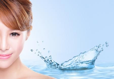 emotions faces: Beauty Hautpflege-Konzept, Sch�ne Frau Gesicht mit Wasserspritzern isoliert auf blauem Hintergrund, asiatische Modell Lizenzfreie Bilder