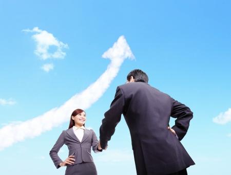 Succes Business concept - Business vrouw en man handdruk met pijl cloud