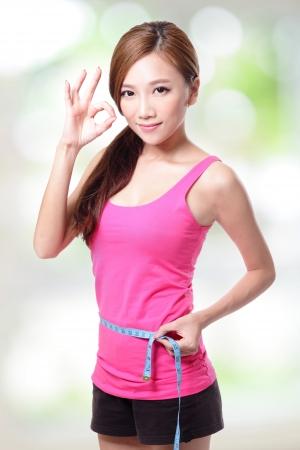 cintura perfecta: Mujer deportiva formas y medida sobre fondo blanco