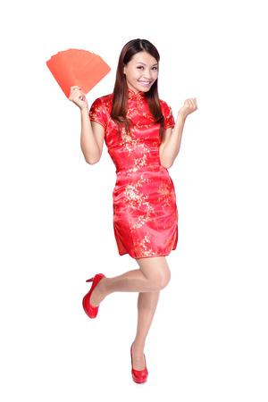 new Year: felice anno nuovo cinese. sorridente donna asiatica in possesso busta rossa