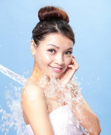mojar: Retrato de mujer hermosa con la piel limpia bajo el chorro de agua, asiático