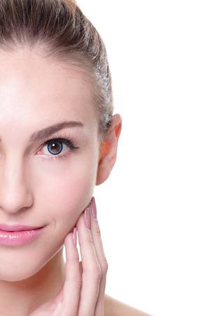 美女: 女人與美麗的臉和完美的肌膚隔絕在白色背景的肖像