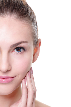 piel rostro: retrato de la mujer con la belleza de la cara y la piel perfecta aisladas sobre fondo blanco