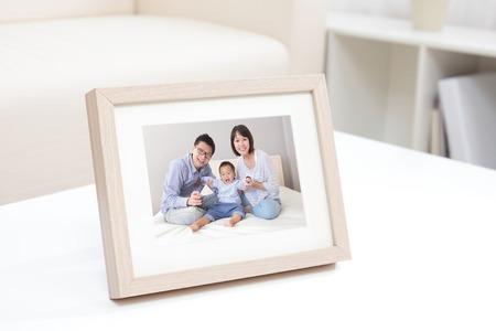 自宅で白い本棚に幸せな家族の写真