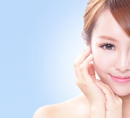 retrato de la mujer con la belleza de la cara y la piel perfecta aislados en azul, la belleza asiática