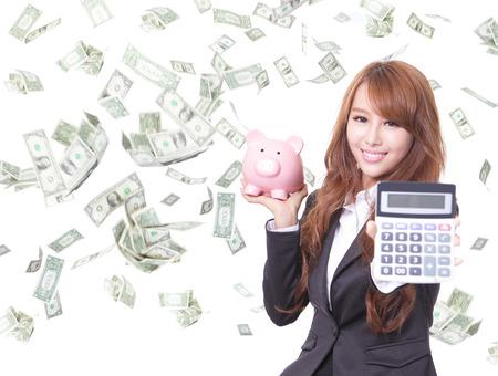 節約女性貯金箱ピンクと金雨で電卓を保持笑みを浮かべて