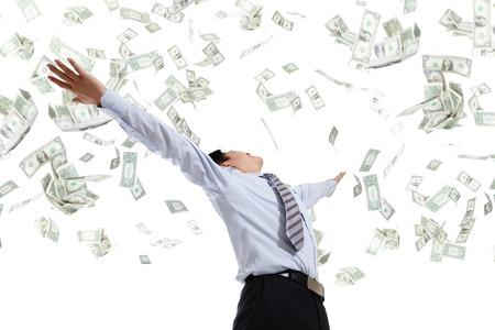 uomo sotto la pioggia: Vista posteriore di uomo d'affari abbraccio denaro isolato su sfondo bianco, il concetto di successo aziendale, modello asiatico