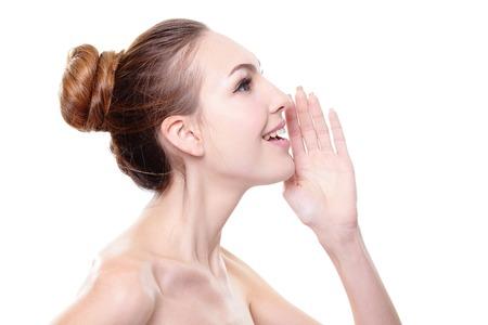 boca abierta: Close up retrato de una mujer sonriente susurros cuidado de la piel (dice) un chisme. Aislado en el fondo blanco