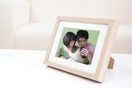 집에서 흰색 책장에 행복 가족 사진