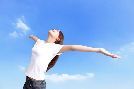 Geluk vrijheid concept. Vrouw gelukkig lachend met armen omhoog, Aziatische schoonheid