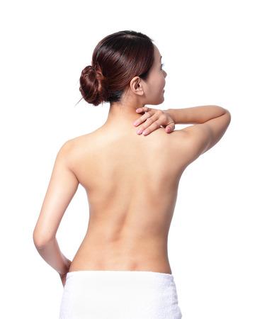 mujer desnuda de espalda: Mujer masajear el dolor de espalda y el hombro aisladas sobre fondo blanco, asi�tico