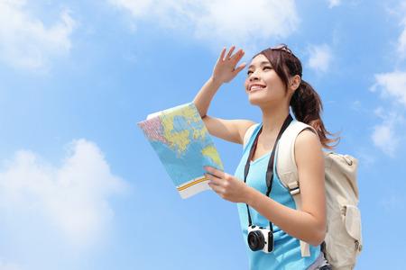 cestovní: Šťastný cestování žena vypadat mapa a podívat se kopie prostor s oblohou na pozadí, asijských