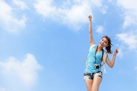 Viajero de la mujer feliz se relaja siéntase libre con fondo de cielo