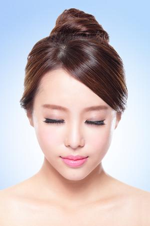 魅力的なスキンケアのクローズ アップ女性顔リラックス閉じた目青い背景に、アジアの美しさ